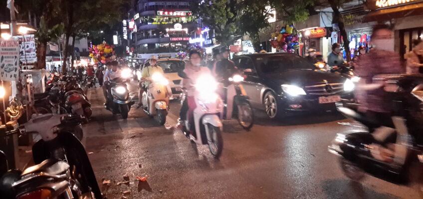 Wie überlebt man eigentlich … als Fußgänger den Verkehr in Hanoi?